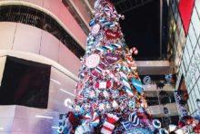"""""""冬のワンダーランド""""をテーマにカラフルな   キャンディで装飾した「エムクオーティエ」のツリー"""