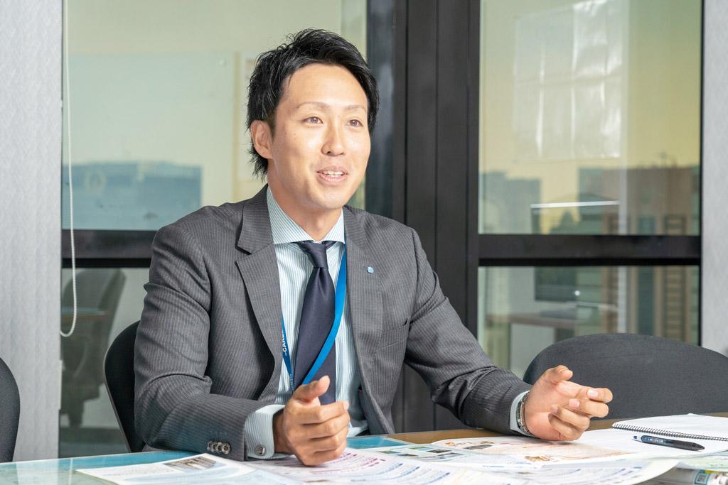 日本本社への入社以来、不動産畑を歩んで14年という佐藤代表取締役。日本では20代の若さで首都圏の「ピタットハウス」の支店長を歴任。培った経験と知識、高いコンプライアンス意識をもってここバンコクでも営業・社員教育に邁進する - STARTS INTERNATIONAL(THAILAND) CO., LTD.