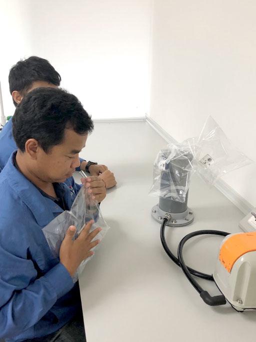 専門家が臭気発生源を特定し、臭いの度合いを数値化