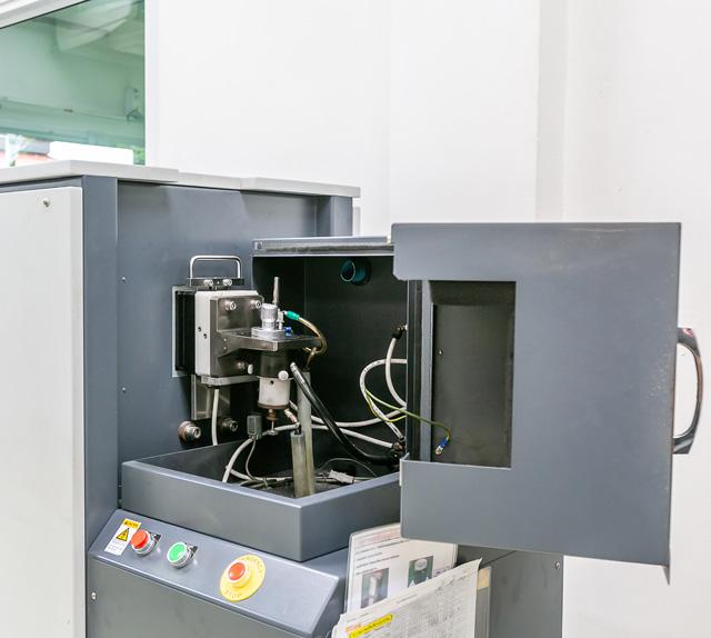 มีเครื่องตรวจสอบหลายชนิดเพื่อใช้ในการควบคุมคุณภาพสินค้าได้อย่างทั่วถึง เช่น เครื่อง X-ray และเครื่องวัดแบบสามมิติ เป็นต้น