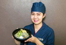 自慢の打ちたての蕎麦が引き立つメニュー。地鶏のサクッとした食感の天ぷらと、南高梅のフルーティーな風味が絶妙です。ぜひ、お召し上がりください。