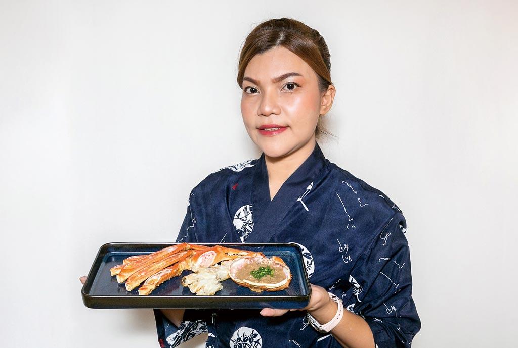 1月末までのシーズン中にだけご提供できるのが、北海道産の焼きズワイガニです。カニは焼くことによって甲羅から香ばしい香りが立ち上って、カニ本来の美味しさがますます際立ちます。贅沢に、カニ味噌をのせて召し上がりください。