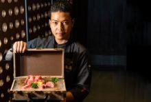 """同店を取り仕切る、日本語堪能な""""イケメン""""。 「人気メニューの""""飲めるハンバーグ(ランチ&コース)""""は、ぜひ一度お試しください。そして当店のA5黒毛和牛は日本から直輸入したもの。焼肉の醍醐味を味わってください」。"""