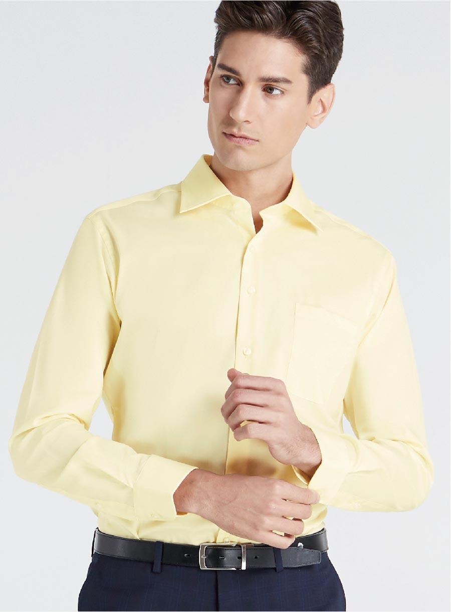 男性が着てもチャーミングな印象の黄色。タイでは月曜日の色