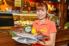 日本直送の新鮮な魚を仕入れ、刺身や煮物、焼魚などを提供しています。日本の家庭の味を感じてもらえるように、できる限りシンプルに調理するのが当店のモットーです。きっと、素材本来の美味しさを味わって頂けると思います。これからも冬の魚が美味しくなります。ぜひ、当店をご利用くださいませ。