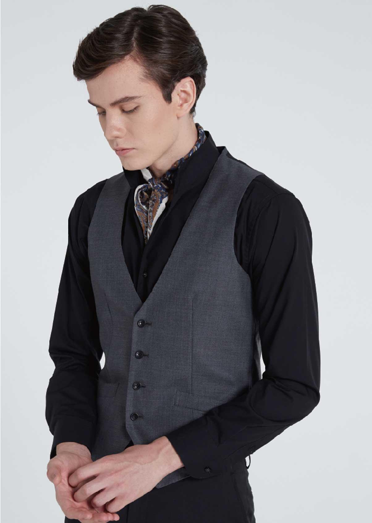 スカーフやベストを合わせるとゴージャスな装いに
