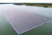 ダム湖に浮かぶ太陽光電池パネルの景観はまさに圧巻
