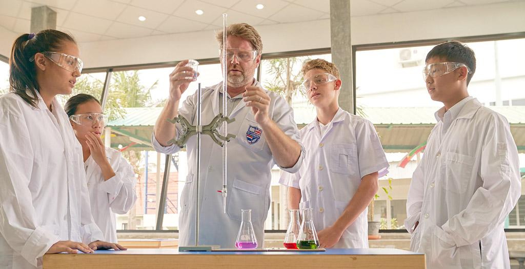 実験の授業も少人数制で行われる