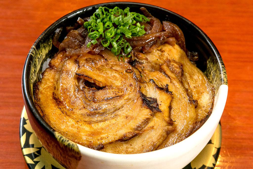 【炙りチャーシュー丼】自慢の自家製チャーシューと特性醤油ダレが食欲をそそる。バーナーで炙る事により、香ばしさが引き立つ - ばんかららーめん(ICONSIAM店)
