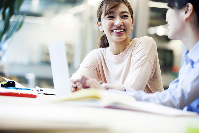 自宅リビングや外出先など場所を選ばず学習を継続できるオンラインレッスンが充実。ネイティブ講師との会話を通じて新しい気付きを得て、外国語を話すスキルと自信を身につけることができる