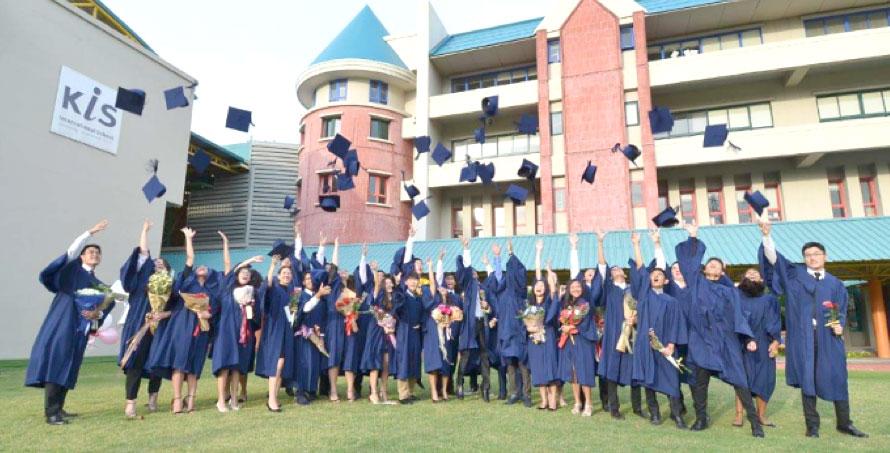KISは、タイ国インターナショナルスクール協会(ISAT)を通じたタイ教育省の認可、国際バカロレア機構(IBO)の認可、インターナショナルスクール評議会(CIS)の認定により、高い教育水準を備えた最高品質の学校として認められています。 さらに、KISは平均34点のIB Diplomaマスコアを持ち、世界平均の29点よりはるかに上回っています。 平均合格率は94%、参加率はほぼ100%。 KISの卒業生は、世界中のさまざまな優秀な大学などの教育情報誌「The Time Higher Education」ランキングのトップ100に入り、世界の中でも最高な大学として認められています。