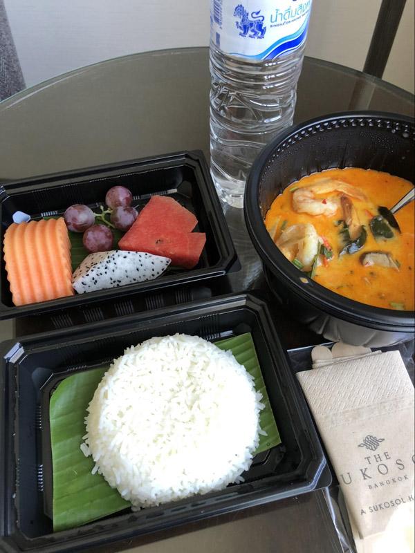 トムヤムクンスープ - 毎食プラスチックの容器に小分けにされてサーブされます。