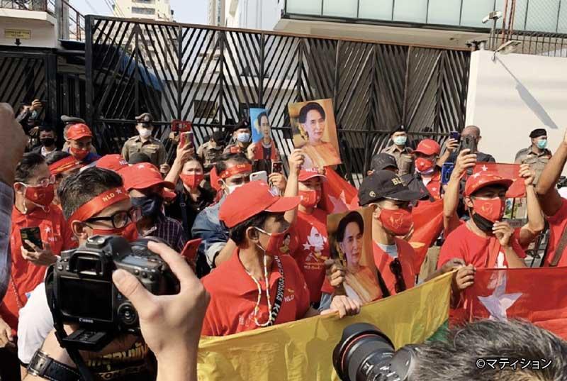 集会が禁止される中、都内のミャンマー大使館や国連事務所前では、連日のように3本指を突き上げた抗議デモが行われている