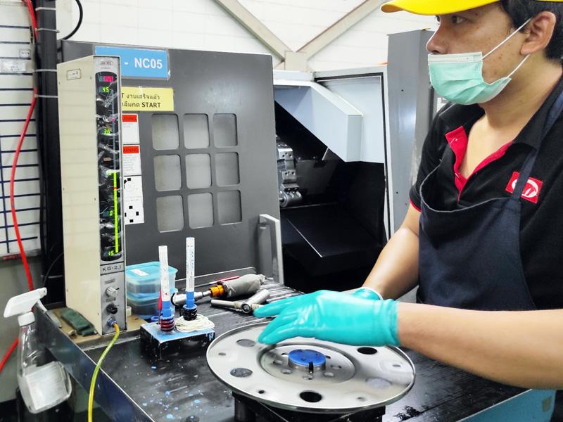 加工後直ぐにエアーマイクロ測定器で寸法を測定し必要に応じて補正を入れる