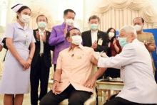 アストラゼネカのワクチン 接種開始、首相が1人目