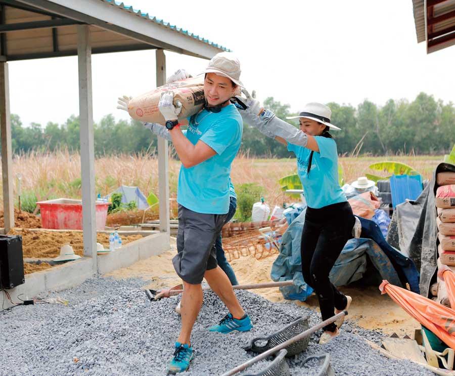 ボランティア活動への参加は欠かせません。これまで家29軒、洪水被害者へのビル1棟の工事費用を寄付しました