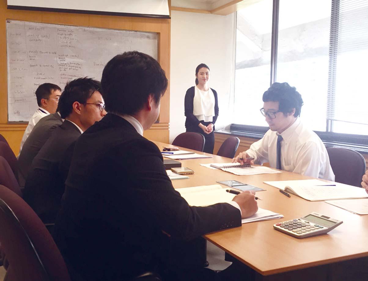 小澤塾 現在までの塾生は100人以上。週2回、半日ずつバンコック銀行の金融商品の勉強のほか、経営学など幅広く、全宿題方式、英語による発表形式で進める。