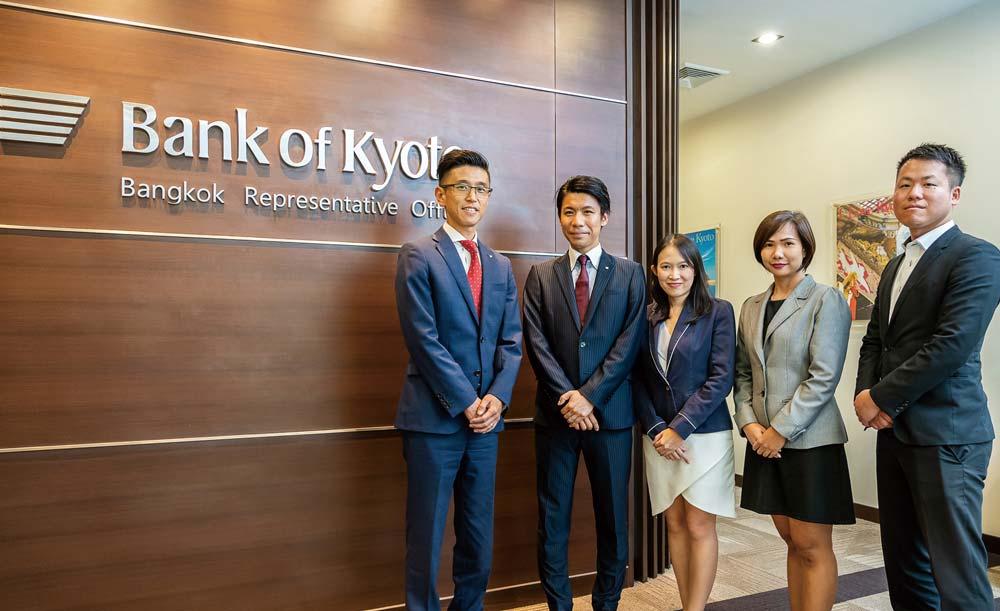 駐在員2人と2人のローカルスタッフ(秘書)で事務所を支える(右端は出張者)
