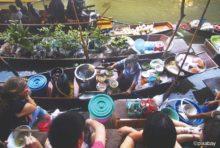 舟の上に所狭しと並べられた鍋や器