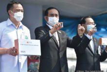 スワンナプーム国際空港で新型コロナワクチンの到着を歓迎するプラユット首相