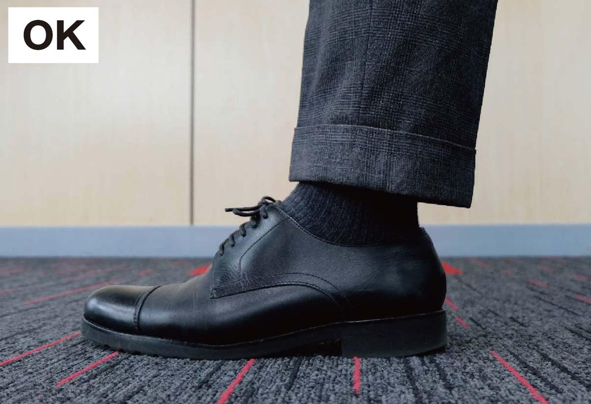 スーツと靴下の色を揃えるだけで一体感が生まれ足長効果も期待できる