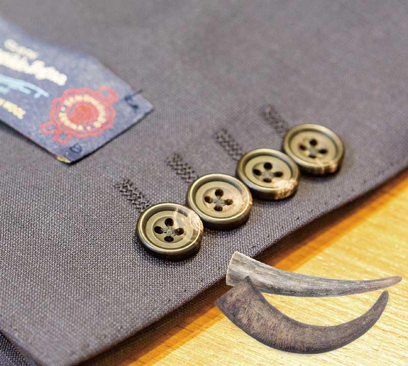 水牛ボタン WATER BUFFALO 「本水牛」とも呼ばれ、オーダースーツで最もよく使われる最高級ボタンであり、スーツセレクトではイタリアの高級ブランド「Ermenegildo Zegna(通称ゼニア)」生地のスーツにも使用する。
