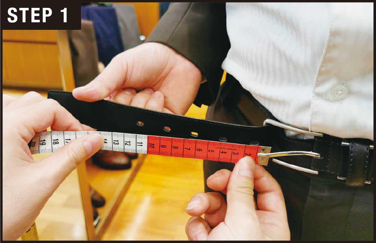 ビジネスベルトの穴は奇数で、5つ開いているのがスタンダード。ベルトを締めた時にピンが3番目(真ん中)の穴に通る長さを確認する。