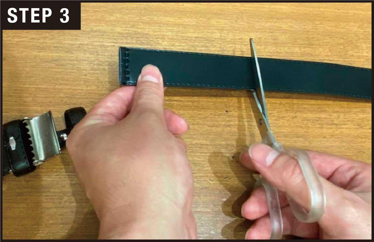 ベルト本体に垂直にハサミを入れ、(1)で測った目安を参考にカットする。穴の間隔は約2.5cmなので、ペンで印をつけてカットしてもいい。