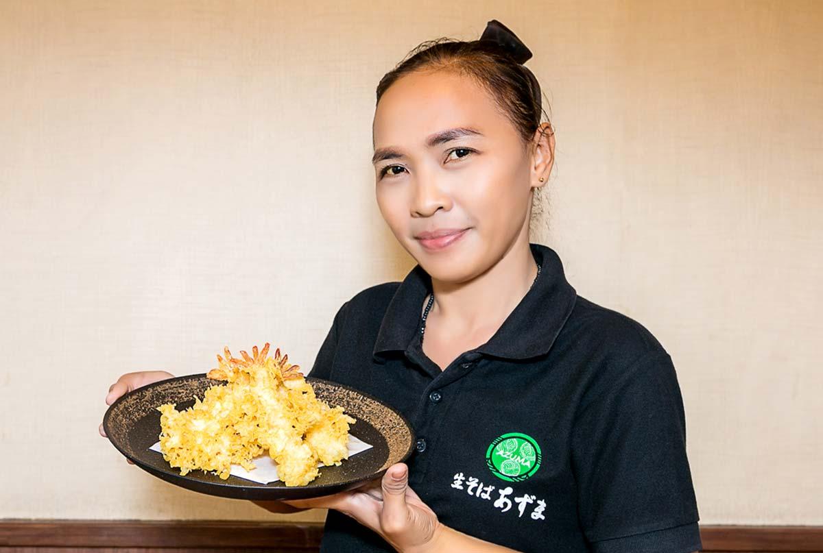 生蕎麦3玉まで同一料金。カラリと軽い天ぷらも、お蕎麦と同じくらい人気です。海老天盛には身がプリプリの大きな海老が5尾。揚げたてをたっぷりと召し上がってください。