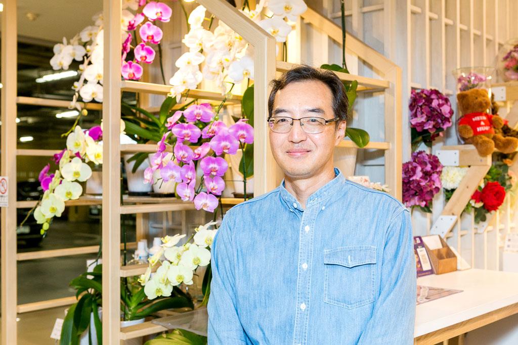 「タイの気候はラン栽培にぴったりなんですよ」と語るのは、同社の代表・熊谷さん。 もともと日本の輸入商社でランを担当し、タイ好きが高じて1992年に駐在員としてバンコクへ。 すっかりその魅力に取り憑かれ、事業を引き継ぎ独立したのだそう。 とはいえ、花は天候の変化に左右されるデリケートな生き物だけに一筋縄では行かないこともしばしば……。 現地へ足を運び、農家と共に試行錯誤を重ねながらようやく日本向けの品質に辿り着いたのだと言います。