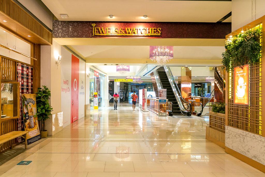 直営店「クラシック・ハナ」は「セントラルワールド」のD Zone・地下1階にあります。 ■ D Zone・1階の「Jewels & Watches」の表示近くのエスカレーターを下へ