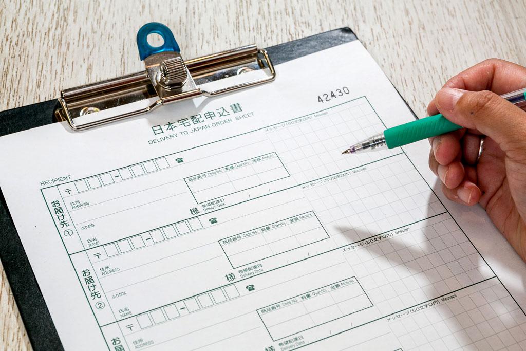 申込書に日本語で記入し、現金・銀行引落・クレジットカードで支払可能