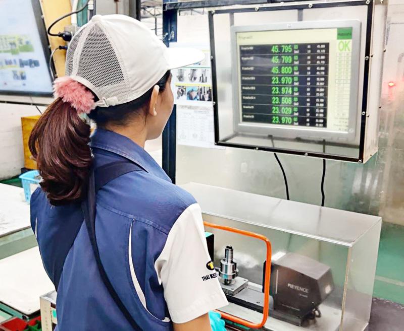 最終工程の検査は製品を置くだけで瞬時に寸法を測定する画像測定器で全数確認