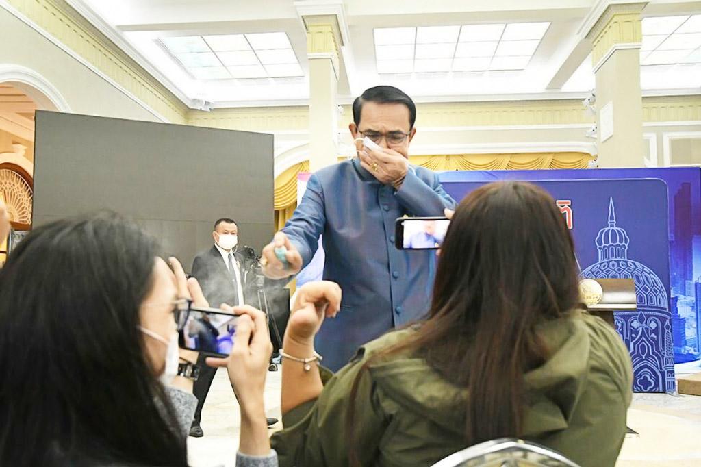 プラユット首相、記者団に 除菌スプレー噴射 9日の閣議後、プラユット首相が記者団に向け除菌スプレーを噴射。後任の閣僚について聞かれると、「まだわからない、質問するな」と顔を歪めながら応酬した。