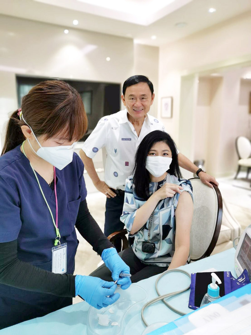 インラック前首相が ドバイでワクチン接種 インラック前首相が2回目のワクチン接種の様子をインスタグラムに投稿。そばにはタクシン元首相の姿も写っていた。接種したワクチンは中国Sinopharm製。