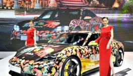 「PORSCHE THAILAND」は「NaRaYa」とのコラボで華やかに装飾されたEV車「Porsche Taycan」を出展。第42回バンコク国際モーターショーは、4月4日までインパクト・ムアントンタニで開催中。