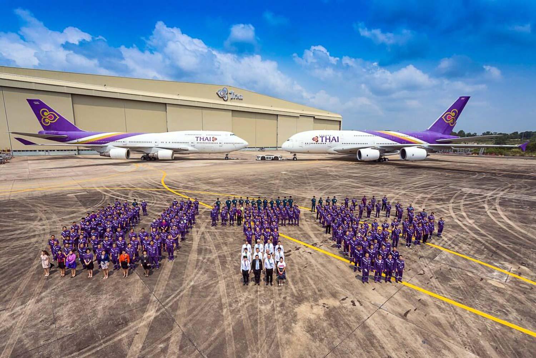 ウタパオ整備場にさようなら人文字で19年の歴史に幕 17日、ウタパオ国際空港の拡張工事に伴い今月31日を以って撤収予定のタイ国際航空・ウタパオ整備場の関係者らが集結。総勢300人で「UTP」の人文字を作り、フィナーレを飾った。