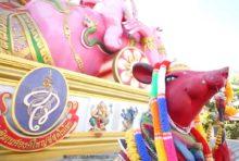 ピンクガネーシャ像の前にいるネズミ