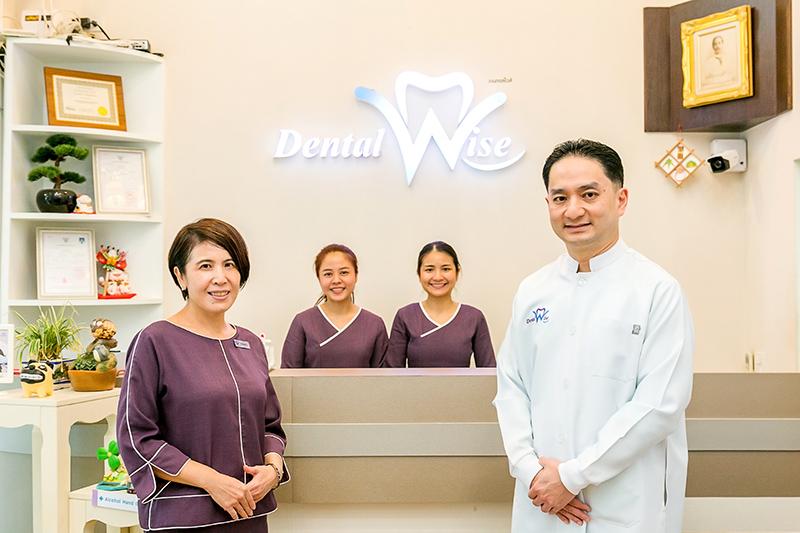 ナポン医師(右)とそのプロフェッショナルチームは優れた対応で、来院者を感動させる準備ができています