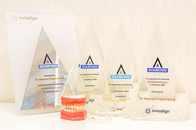ナポン医師が受賞した「ダイヤモンドプロバイダー」の数々のトロフィー。これまでにナポン医師が治療した患者数は1000人を超えます