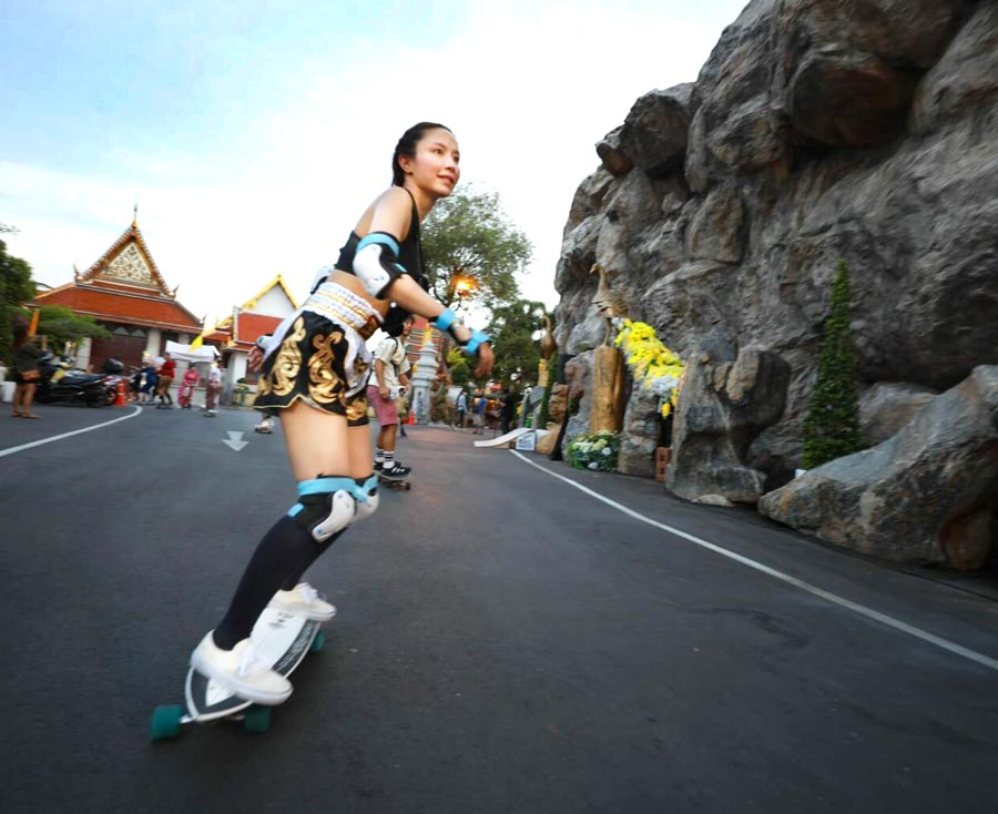 3月28日、文化省は都内で「Rattana Go Surf」というイベントを開催。伝統衣装をまとって流行中のサーフスケートをしながらタイ文化推奨をアピール。約300人が参加したという。