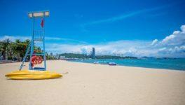 今月10日からソンクラン休暇を迎えたが、コロナ感染拡大の影響でパタヤビーチでは売上水準が10%台まで落ち、地元業者が政府へ経済支援を求めている。