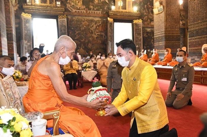 文化省宗教局は21日、チャクリー王朝を建てバンコクへ遷都したラマ1世の偉業をたたえる祝賀行事を実施。式には文化大臣らが出席し、第一級王室寺院「ワット・ポー」ではタンブンが行われた。