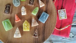 お守りの形をしたタイ伝統菓子を作った中部サムットプラカーンの菓子店が27日、その写真をフェイスブックに投稿。全国からオーダーが殺到したが、中には不適切だという声も。