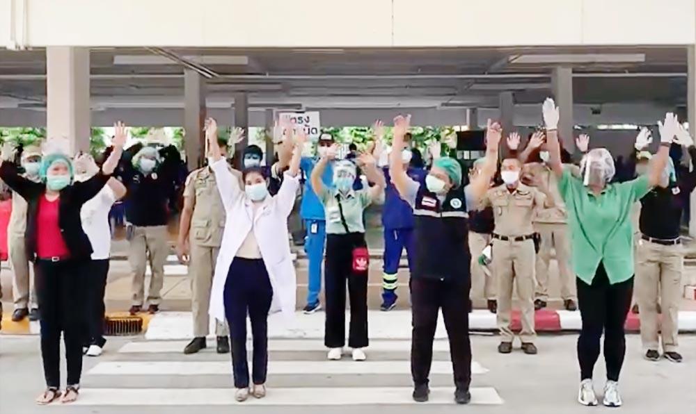 外国人観光客の1日でも早い受け入れを目指すプーケットでは、新型コロナウイルスと闘う医師や看護師らが団結のダンスを披露。バード・トンチャイの曲に合わせて踊った。