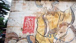 当時の壁画や壁の傷などが残されている