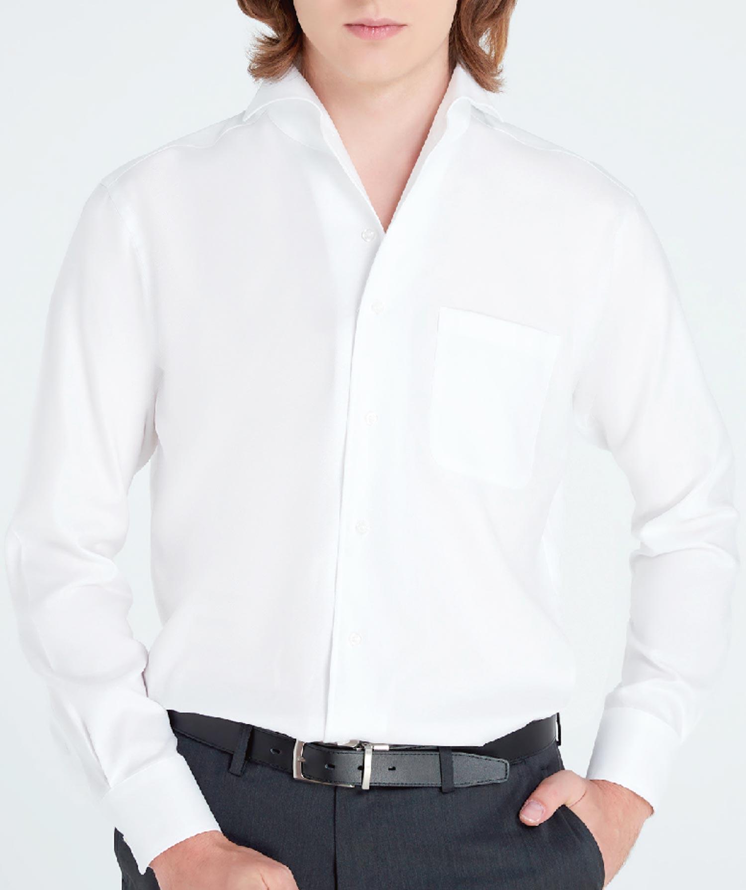 """ホワイトシャツを極めることはひときわ深いお洒落につながる。""""ノーネクタイでもキレイなワイシャツ""""(襟の広がり感)をテーマに作られたのが写真の「ワンピースカラーシャツ 」。通常のワイシャツとは違い、身頃から襟までを1枚の芯地で縫い合わせることにより、襟立ちが良くナチュラルな広がりに。顔全体がスッキリと見え、よりシャープな印象を作り出す効果も。(シャツ1,590B)"""