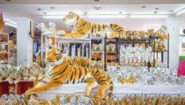 シーラチャ・タイガーズーが新型コロナの影響で一時的に閉業となった。ところが園内店舗でトラグッズをセール価格で販売したところ売り上げが極めて好調だという。
