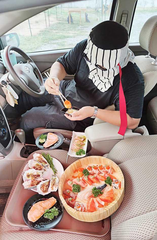 店内での飲食が禁止となっているチェンマイで1日、食べ放題寿司店「Daiso Sushi」が駐車場で車内ブッフェを展開。客が殺到したが、県知事によってサービス開始2日後に禁止となった。
