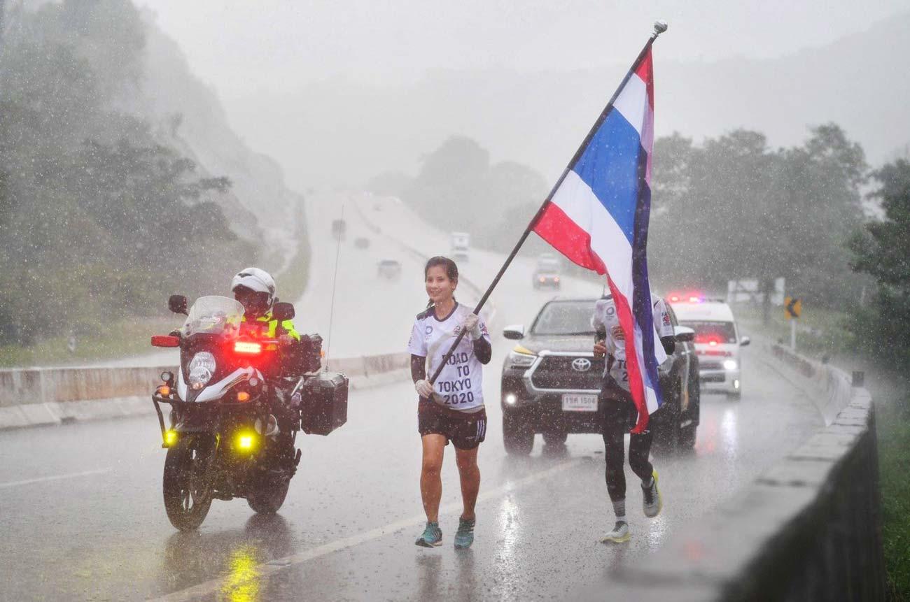 4500名以上の有志ランナーが全国35の県を走り、タイ代表を応援する「FLAG OF NATION」。今月27日の最終日に向け、雨にも負けず力走が続いている。